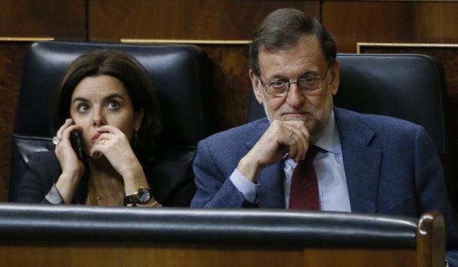 El presidente, Mariano Rajoy , y la vicepresidenta, Soraya Sáenz de Santamaría, ayer en el Congreso.