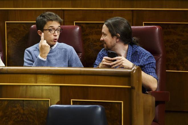 Íñigo Errejón y Pablo Iglesias, durante el pleno del martes en el...