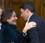 Emanuela Mauro saluda al presidente saliente, Matteo Renzi.