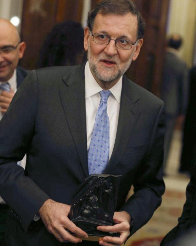 Mariano Rajoy, con la estatuilla que le distingue como mejor orador,...