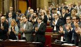 El presidente de la Generalitat, Carles Puigdemont, aplaude con otros...