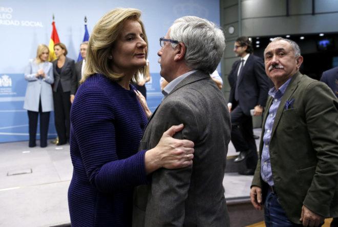 Fátima Báñez saluda a Ignacio Fdez. 'Toxo' (CCOO), en presencia de Pepe Álvarez (UGT).