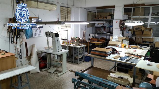 Imagen del taller desmantelado por la Policía donde se confeccionaban las  falsificaciones. 96b61e2ac2d50