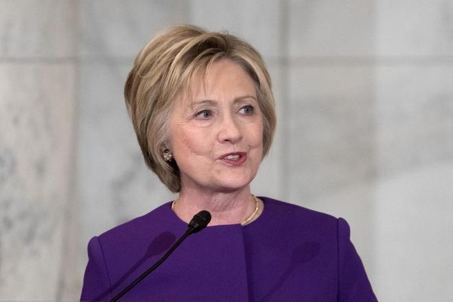 Hillary Clinton durante la presentación el día 8 del retrato al presidente del Senado Harry Reid.