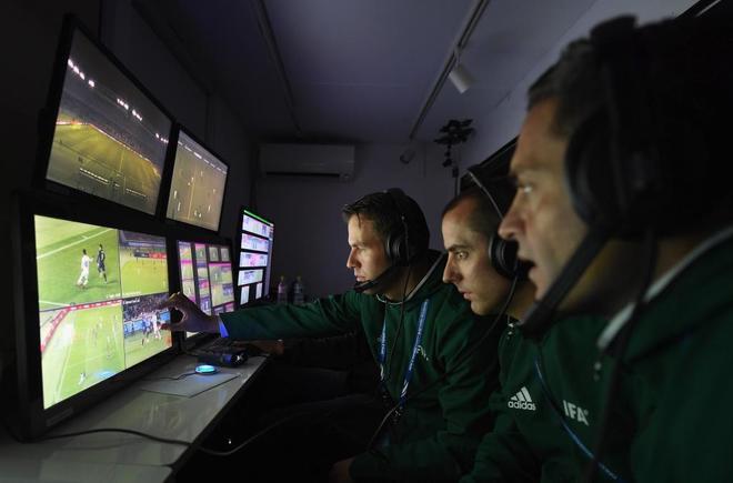 El árbitro y los asistentes visualizando el vídeo durante un partido del Mundial de Clubes de Japón 2016.