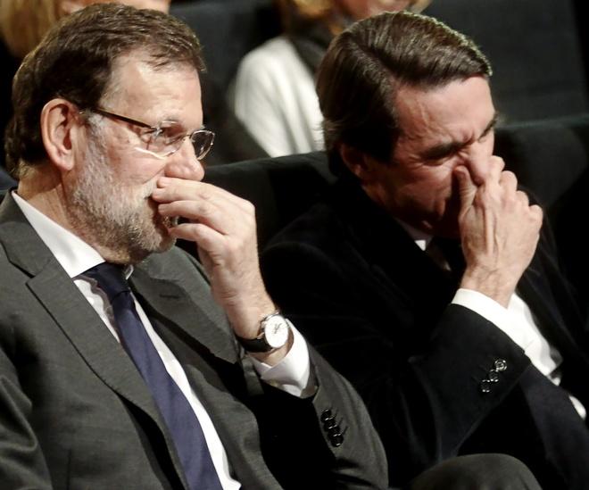Mariano Rajoy y José María Aznar juntos en 2015 en una conferencia...