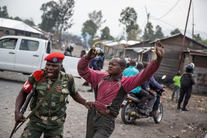 Un hombre es detenido en el barrio de Majengo, en Goma.