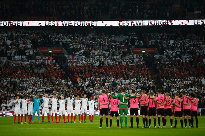 Jugadores ingleses y escoceses guardan un minuto de silencio como recuerdo a los soldados muertos en la Primera Guerra Mundial