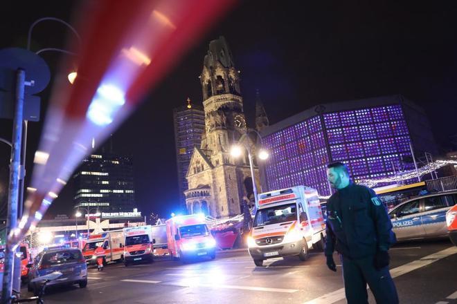 Equipos de rescate en el escenario del ataque, en el centro de Berlín.