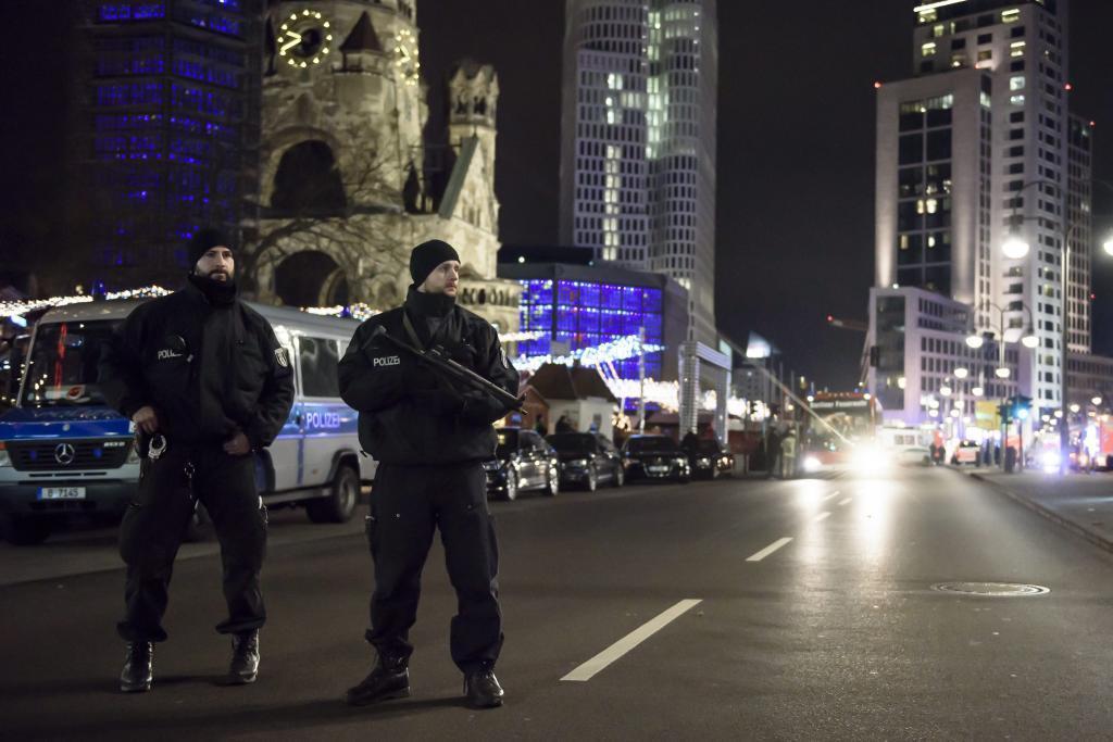 Las fuerzas de seguridad vigilan la escena, cerca de la iglesia Kaiser Wilhelm.