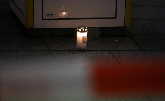 Una vela recuerda a las víctimas en el mercadillo de Breitscheidplatz.