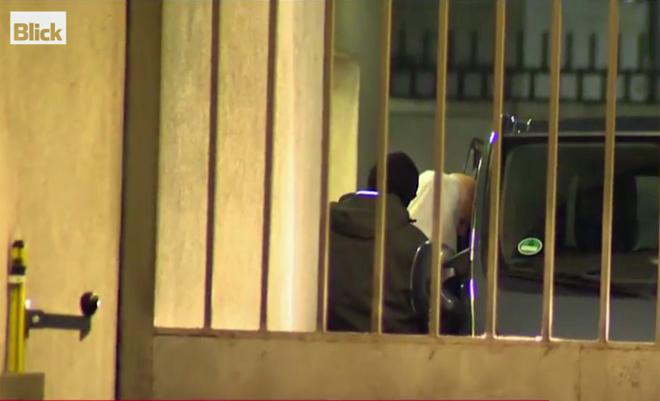 Imagen del sospechoso saliendo de los Juzgados cubierto con una sábana.