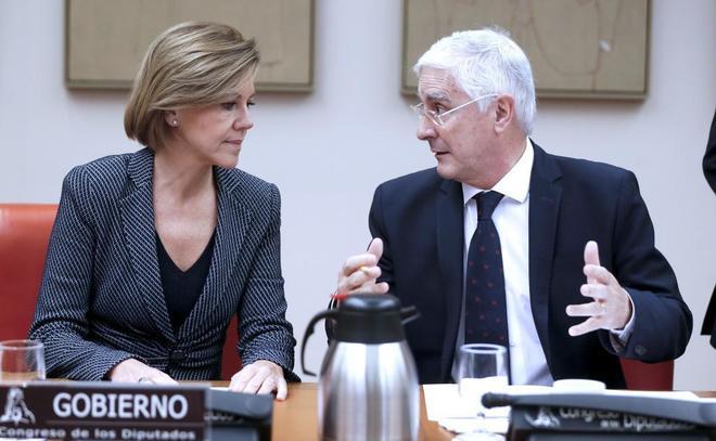 La ministra de Defensa, María Dolores de Cospedal, conversa con el...