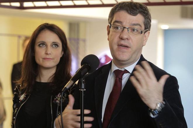 El ministro de Energía, Turismo y Agenda Digital y secretario de Economía del PP, Álvaro Nadal, ayer, junto a Andrea Levy.