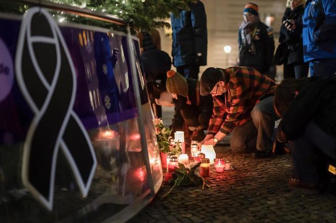 Ciudadanos dejan flores en un altar improvisado cerca del árbol de Navidad próximo a la puerta de Brandenburg.