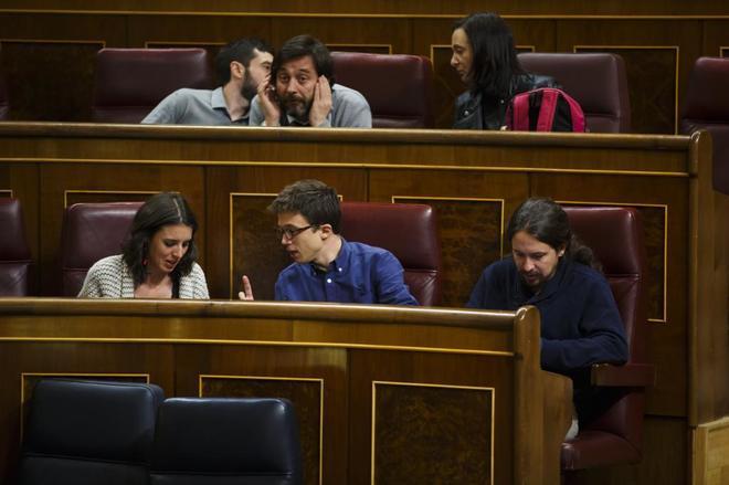 En primera línea, Irene Montero, Íñigo Errejón y Pablo Iglesias,...