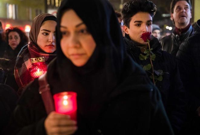 Varias personas rinden homenaje a las víctimas en Berlín, anoche.