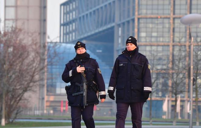 Dos policías patriullan delante de la Cancillería en Berlín.