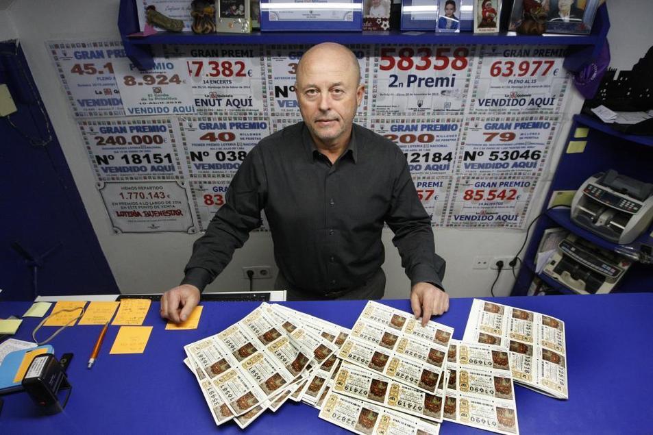 Miguel 'El lotero', en su administración en Cornellà