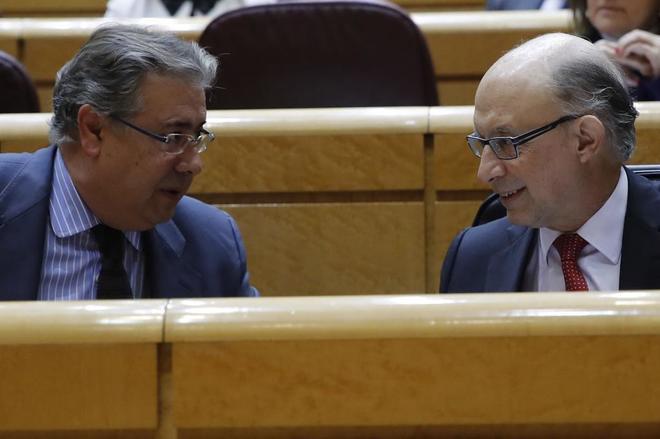 Los ministros Juan Ignacio Zoido y Cristóbal Montoro, en el Senado.