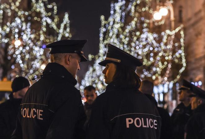 Dos policías patrullan el mercadillo navideño de Berlín, que ha reforzado su seguridad después del atentado del pasado lunes.