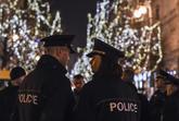 Dos policías patrullan el mercadillo navideño de Berlín, que ha...