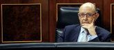 El ministro de Hacienda, Cristóbal Montoro, sigue desde su escaño la...