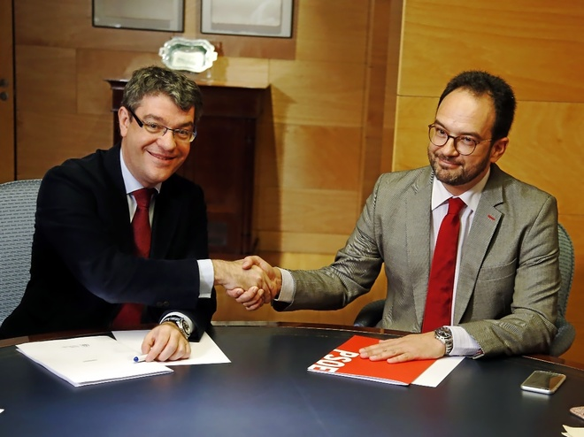 El ministro Álvaro Nadal, ayer, sellando el acuerdo con el portavoz...