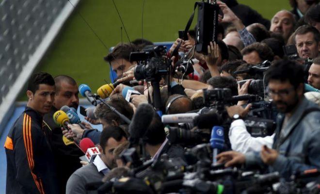 Cristiano Ronaldo, asediado por los medios, en una imagen de archivo.