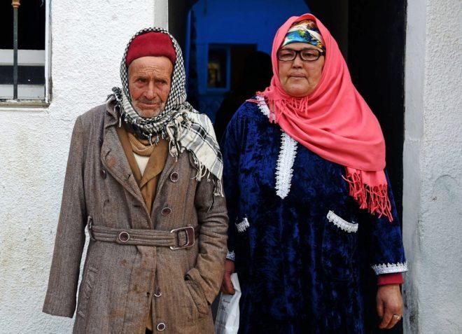 Mustapha y Nour-Houda Amri, padres del supuesto autor del atentado de Berlín, junto a su casa en Oueslatia (Túnez).