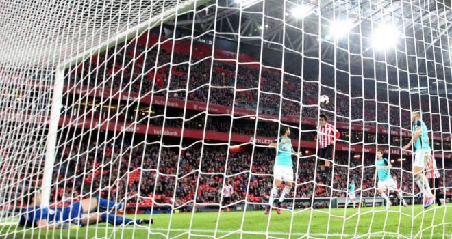 Etxeita marca de cabeza el primer gol de la noche en San Mamés.