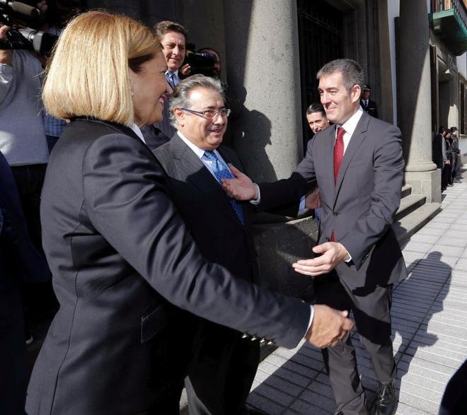 Fernando Clavijo (dcha.), presidente del Ejecutivo canario, con la...