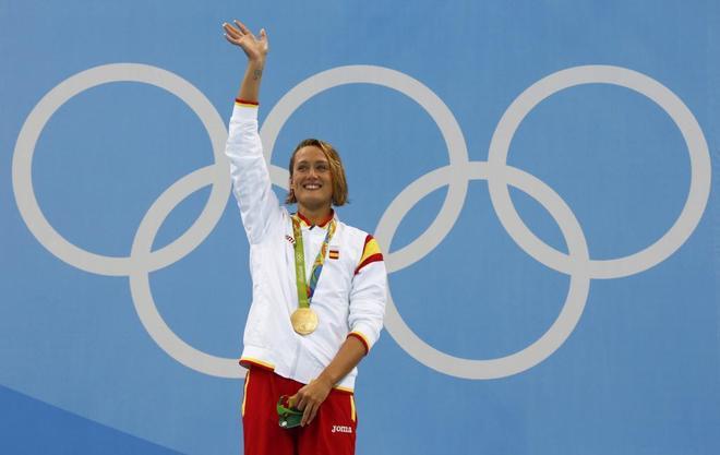 Mireia Belmonte, col el oro al cuello en los Juegos de Río.