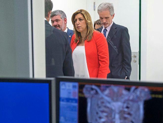 Susana Díaz junto al consejero de Salud, Aquilino Alonso, en un hospital.