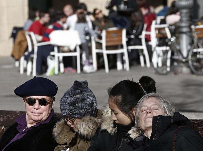 Varias personas disfrutan del sol el pasado día de Navidad en...