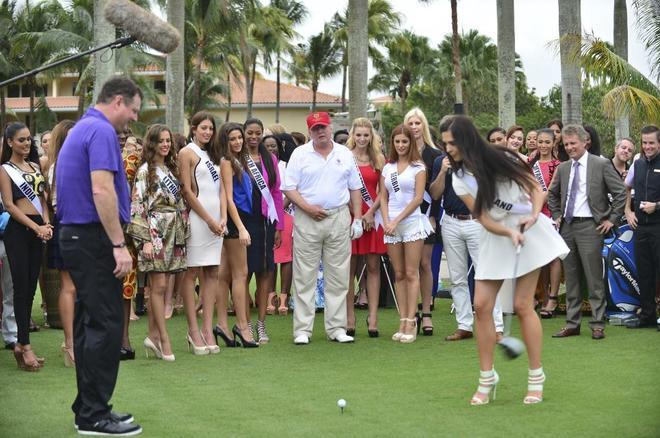 """Donald Trump asiste a la inauguración del Campo de Golf """"Tigre Rojo"""" con las participantes en Miss Universo en Doral, Florida."""