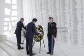 Los líderes depositaron simbólicamente dos coronas de flores como...