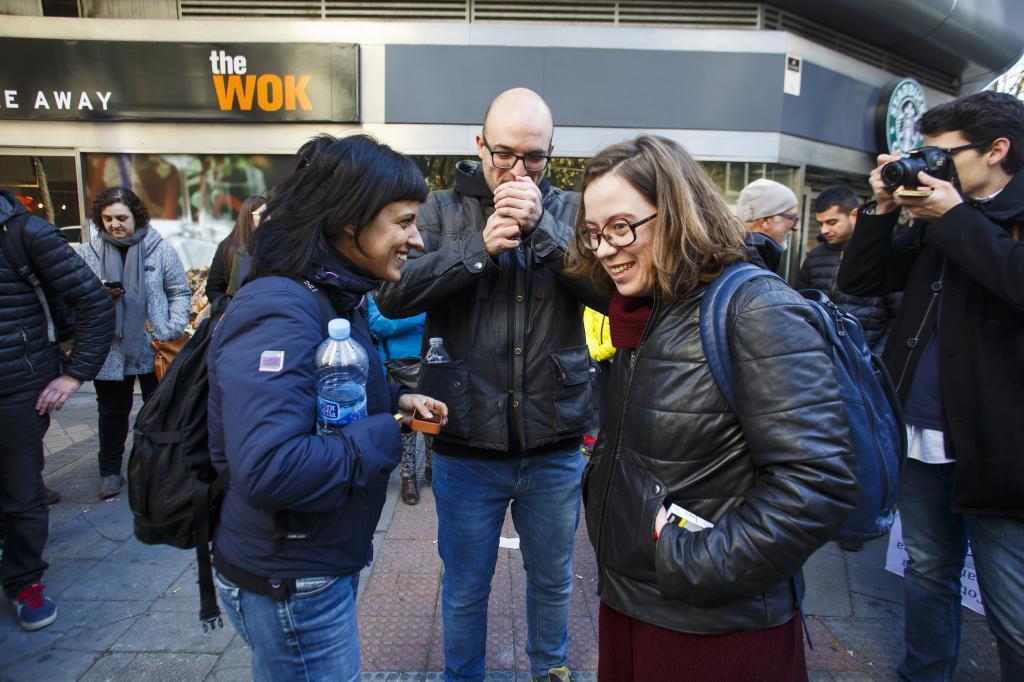 Joan Coma, recibido por las diputadas de la CUP Anna Gabriel y Eulalia...