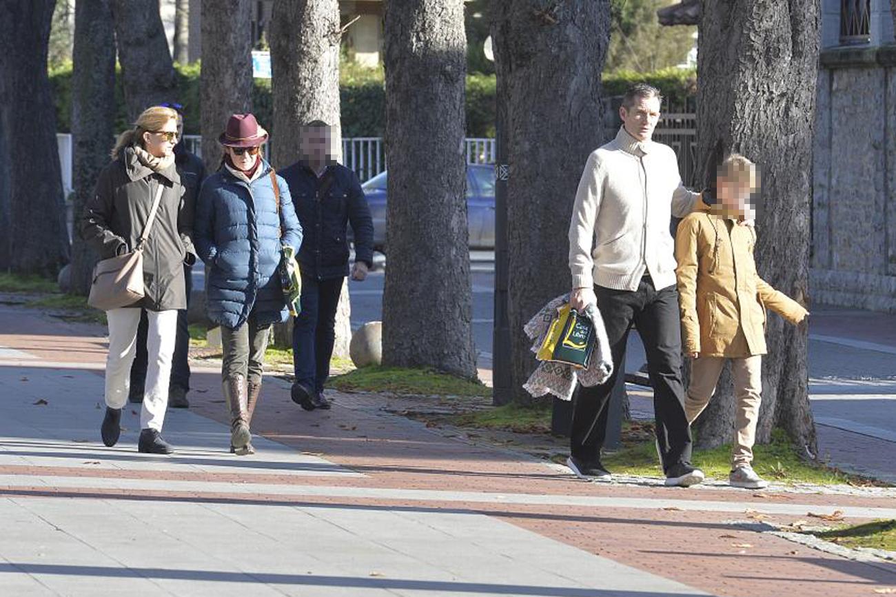 Las Infantas Cristina y Elena, junto a Urdangarin y su hijo Miguel,...