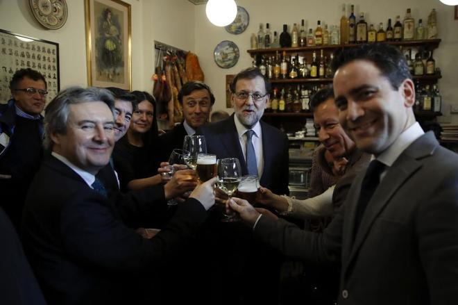 Rajoy, con varios diputados del PP en un bar cercano al Congreso.