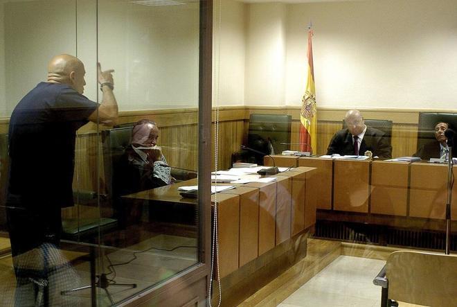 """El etarra (i), terrorista de ETA, amenaza con """"pegar siete tiros"""" y..."""