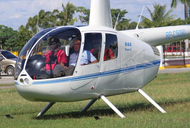 El presidente Rodrigo Duterte a bordo de un helicóptero cuando era alcalde de Davao, en 2015.