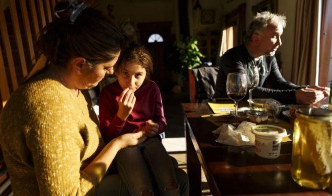 Nadia, acompañada por sus padres en la casa familiar.