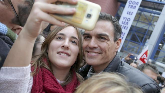 Pedro Sánchez se toma un <em>selfie</em> con una joven en el mitin de...