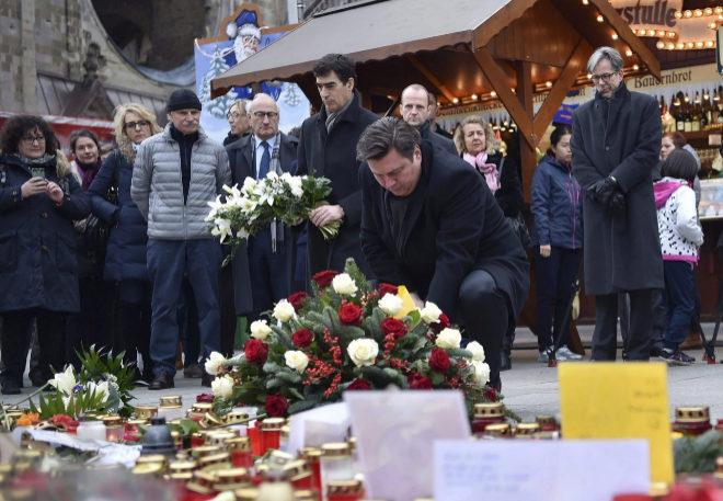 El representante italiano y el ministro de interior de Berlín depositan flores en el lugar del atentado