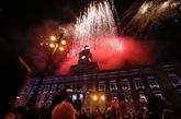Los fuegos artificiales iluminan por primera vez la Puerta del Sol...