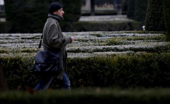 Un hombre camina este domingo por los jardines de Sabatini (Madrid),...