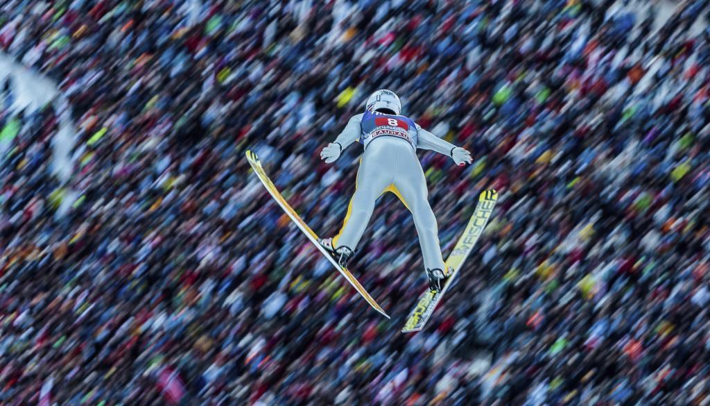 El noruego Daniel Andre Tande se impuso con saltos de 138 y 142 metros...