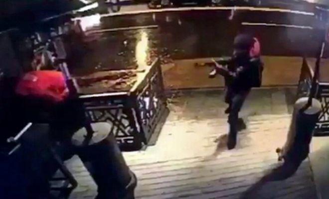 El terrorista, durante el tiroteo.