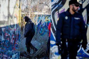 Dos policías, anteayer, inspeccionando el solar de Valdebernardo...